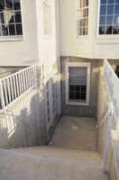 Wie in einem Keller-Fenster mit Zement geschlossen